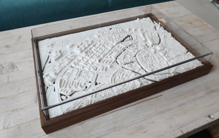 Schiedam Ontwikkelperspectief 45x30cm - KAW - Walnoten lijst en plexiglas kap